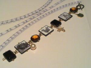 Bracciale bianco e nero con miniature, onice, oro e argento € 920,00